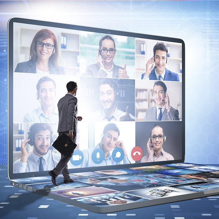 Mężczyzna w garniturze z teczką idący po klawiaturze laptopa. Na ekranie 9 postaci podczas wideokonferencji.